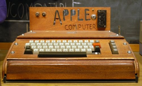 Butta Apple I raro il primo computer Apple creato da Jobs e Wozniak  all'asta per 200000 dollari
